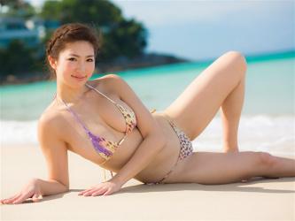 繪依良穿著黃紫豹紋比基尼泳衣,她躺在沙灘上,她的胸圍是87厘米,她身材苗條,體型優美,她是日籍性感美乳泳裝模特兒,是一位有性魅力的女性。