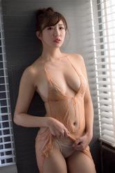 日本性感美乳凹版偶像『繪依良』穿著『肉色襯裙・白色女內褲』,在浴缸裡拍性感照,她的胸圍是87厘米,她身材苗條,體型優美,是一位有性魅力的女性。