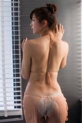 日本性感美乳凹版偶像『繪依良』穿著『肉色襯裙・白色女內褲』,露出她的『背部・臀部』,她的胸圍是87厘米,她身材苗條,體型優美,是一位有性魅力的女性。