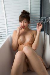 日本性感美乳寫真偶像『繪依良』穿著『肉色襯裙・白色女內褲』,在浴缸裡拍性感照,她在沒有水的浴缸裡,她以體育坐姿勢坐著,她的胸圍是87厘米,她身材苗條,體型優美,是一位有性魅力的女性。