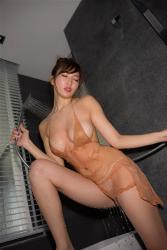 日本性感美乳寫真偶像『繪依良』穿著『肉色襯裙・白色女內褲』,她正在沖涼,她的胸圍是87厘米,她身材苗條,體型優美,是一位有性魅力的女性。