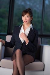 繪依良穿著『女式西服・女襯衫』,她坐在沙發上,她的胸圍是87厘米,她身材苗條,體型優美,她是日籍性感美乳泳衣女模,是一位有性魅力的女性。