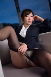 繪依良穿著『女式西服・女襯衫』,特意露出了她的黃綠色女內褲,她的胸圍是87厘米,她身材苗條,體型優美,她是日籍性感美乳寫真偶像,是一位有性魅力的女性。
