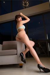 繪依良穿著『黃綠色女內褲・黑色高跟鞋』,她的胸圍是87厘米,她身材苗條,體型優美,她伸展著她修長而美麗的雙腿,她是日籍性感美乳寫真女優,是一位有性魅力的女性。