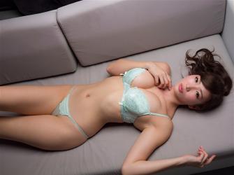 繪依良穿著黃綠色女內褲,她躺在沙發上,她的胸圍是87厘米,她身材苗條,體型優美,她是日籍性感美乳平面寫真偶像,是一位有性魅力的女性。