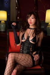 繪依良穿著漁網褲襪,穿著黑色掐腰內衣,看上去像個女王,她坐著,她的胸圍是87厘米,她身材苗條,體型優美,她是日籍性感美乳凹版偶像,是一位有性魅力的女性。