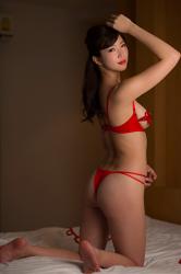 穿著紅色女內衣的日籍性感寫真偶像『繪依良』,她的胸圍是87厘米,她身材苗條,體型優美,她是日籍性感美乳比基尼泳裝模特兒,是一位有性魅力的女性。