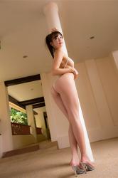 繪依良穿著非常性感的白色泳衣,她的胸圍是87厘米,她有一雙又美又長的腿,她有健康美麗乳房,她站著,她身材苗條,體型優美,她是日本性感美乳寫真女優,是一位有性魅力的女性。
