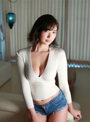 日本性感美乳寫真偶像『繪依良』,穿著『白色長袖女襯衫・牛仔短褲』,她的胸圍是87厘米,她身材苗條,體型優美,是一位有性魅力的女性。