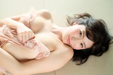繪依良是一位躺在地面上被拍照的日本性感美乳凹版偶像,她的胸圍是87厘米,她身材苗條,體型優美,是一位有性魅力的女性。