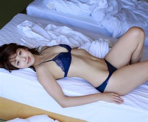 彩梨杏穿著深藍色女內衣,被拍到躺在床上,她是日籍漂亮可愛『泳裝女模・女演員・電視藝人』。