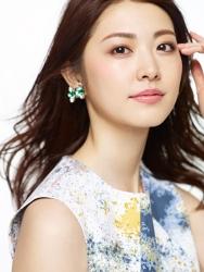 梨己未是日本成熟美女『時裝模特兒・平面廣告模特兒』,這張照片是從她面前拍的,她穿著(色彩鮮豔)白色連衣裙,她的身高是171厘米,身材高挑,她的身材十分俏麗。