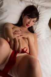 穿著紅色女內衣的日籍性感寫真偶像『繪依良』,她的胸圍是87厘米,她身材苗條,體型優美,她脫下紅色胸罩,用手摀住乳房,她是日籍性感美乳比基尼泳裝模特兒,是一位有性魅力的女性。