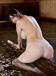 陽楓實穿著肉色女內衣,正在泡溫泉,她顯示『背部・臀部』,她的胸圍是96厘米,她是日籍性感豐胸『三點式泳裝模特兒・女演員』,是一位有性魅力的女性。
