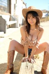 日本性感豐胸泳裝偶像『陽楓實』穿著牛仔服裝,她的胸圍是96厘米,她是日籍性感巨乳『泳裝模特兒・女演員』,是一位有性魅力的女性。