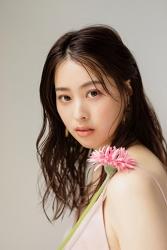 須美里是個高個子的日籍時尚模特兒,她的身高是174厘米,身材高挑,她拿著一朵花,她穿著粉紅色吊帶背心,她的身材十分俏麗。